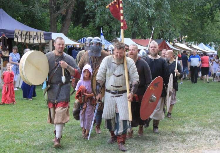 Keskiaikaisten taistelijoiden kulkue Hansamarkkinoilla.