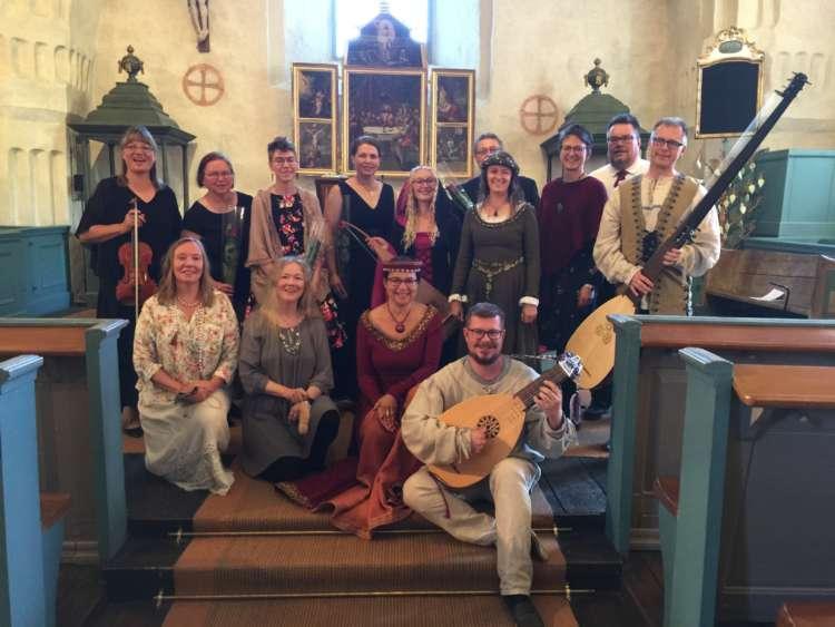 Vanhan Musiikin Viikon kurssin opiskelijat ja opettajat päätöskonsertin jälkeen Ulvilan kirkossa.