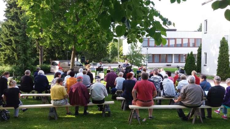 Ulvilalaisia kerääntyneenä kaupungintalon pihalle yhteislaulutilaisuuteen.