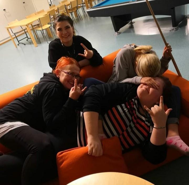 Nuorisotilan ohjaajat ja nuori sohvalla